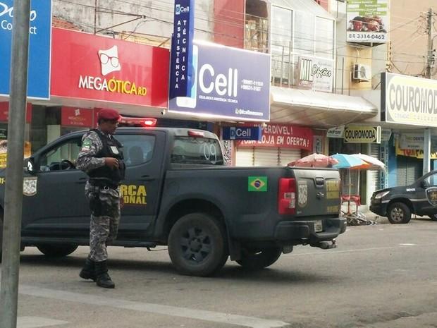 Policiais da Força Nacional participaram da operação (Foto: Hermes Castro/Mossoró Hoje)