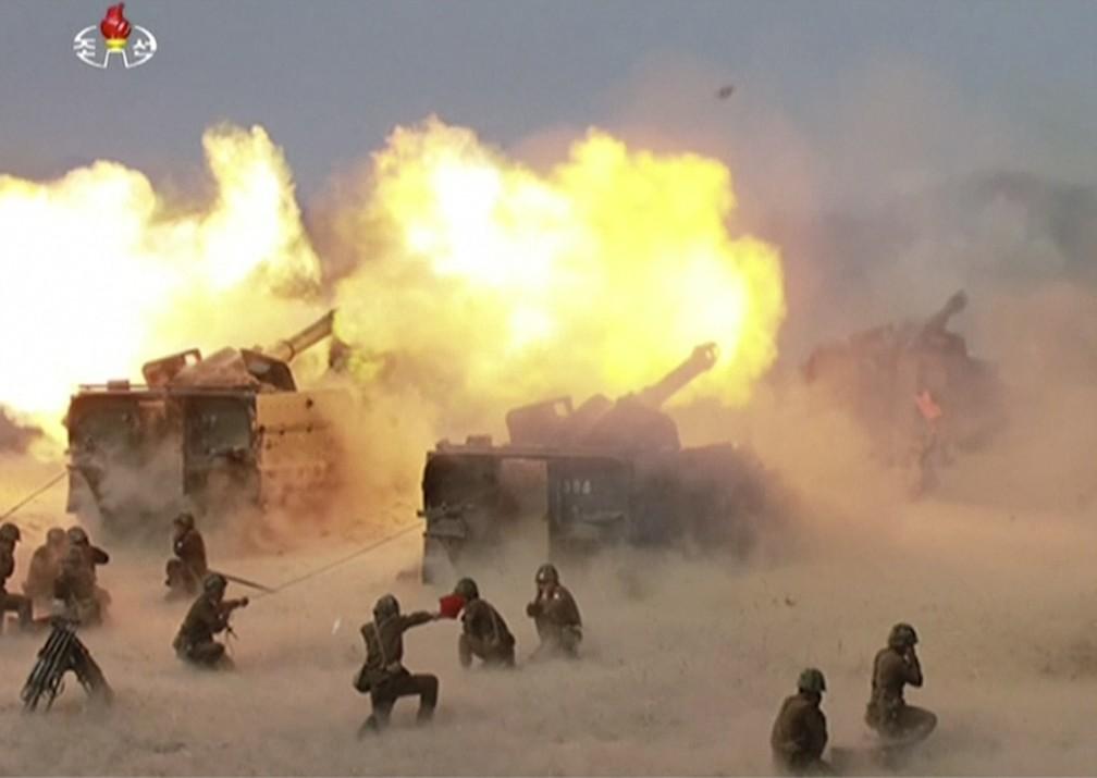 Coreia do Norte realizou exercício militar por ocasião do aniversário do Exército e em meio a tensão com os Estados Unidos (Foto: KRT via AP Video)
