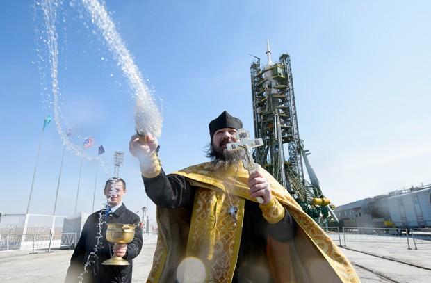Um padre ortodoxo faz uma bênção na plataforma de lançamento da nave Soyuz, no cosmódromo de Baikonur, no Cazaquistão (Foto:  NASA/Joel Kowsky)
