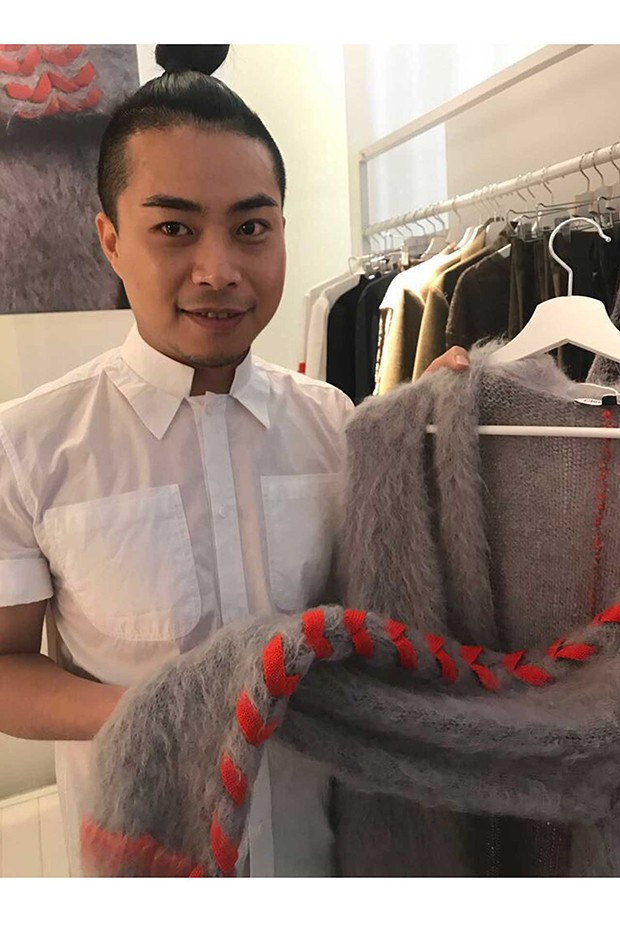 Chris Ran Lin with one of his bespoke knitwear designs (Foto: @SUZYMENKESVOGUE)