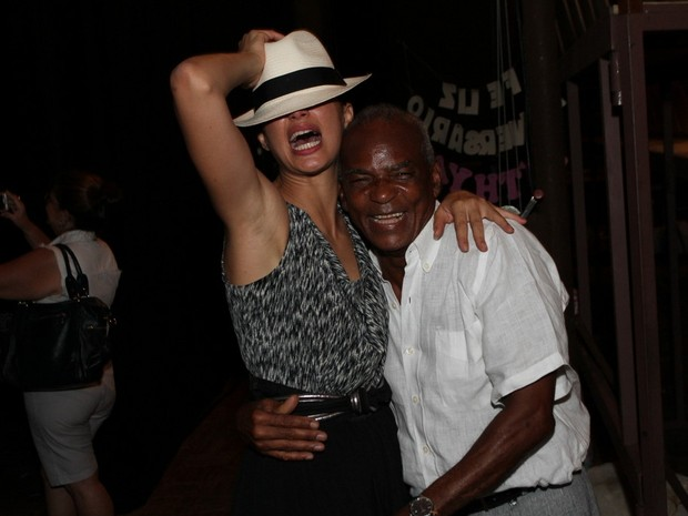 Camila Pitanga e o pai, Antonio Pitanga, em estreia de peça no Rio (Foto: Anderson Borde/ Ag. News)