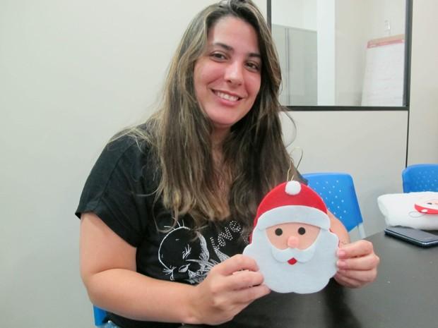 Artesã ensina como fazer o enfeite de Natal (Foto: Mariane Rossi/G1)