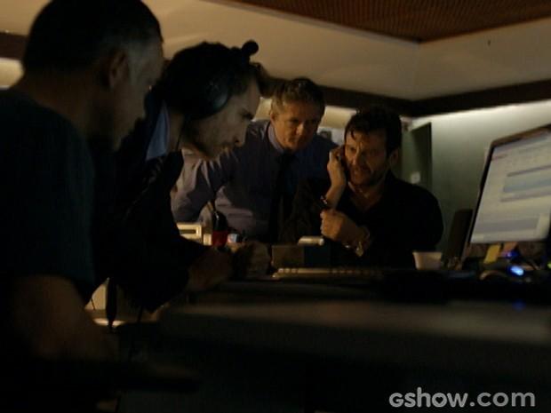 Baroni liga para Grego pelo celular de Celeste e os policiais ouvem tudo (Foto: A Teia/ TV Globo)