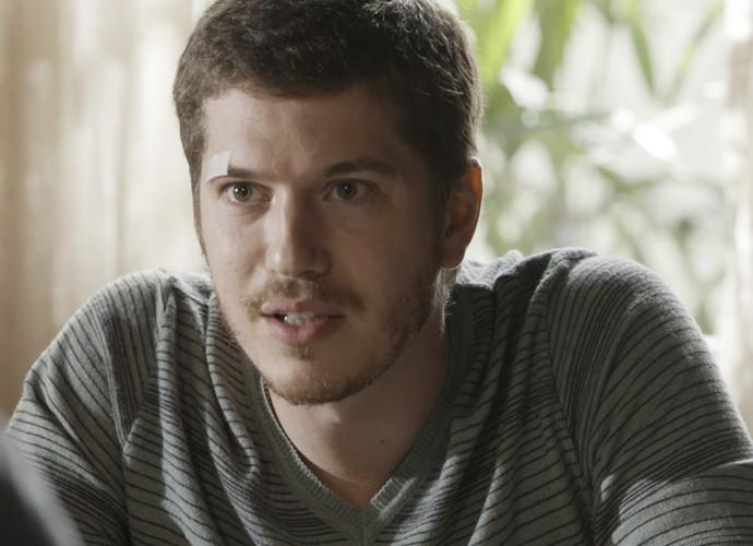 Afonso ouve atentamente ao desabafo do irmão (Foto: TV Globo)