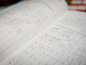 Produção antiga pode servir para comparar a evolução do aluno, diz educadora (Foto: Caio Kenji/G1)