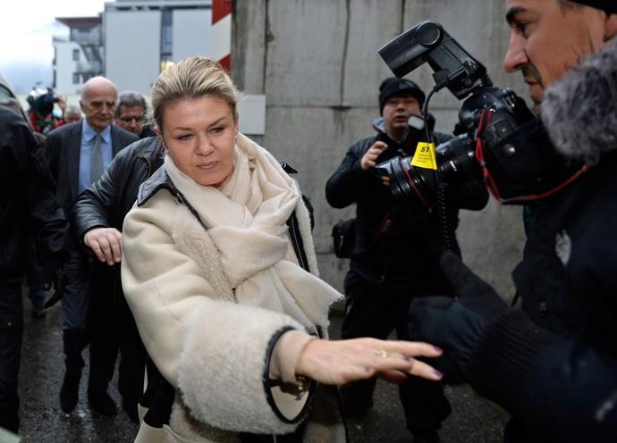 Corinna Schumacher tenta fugir das câmeras na chegada ao hospital neste sábado (Foto: AFP)