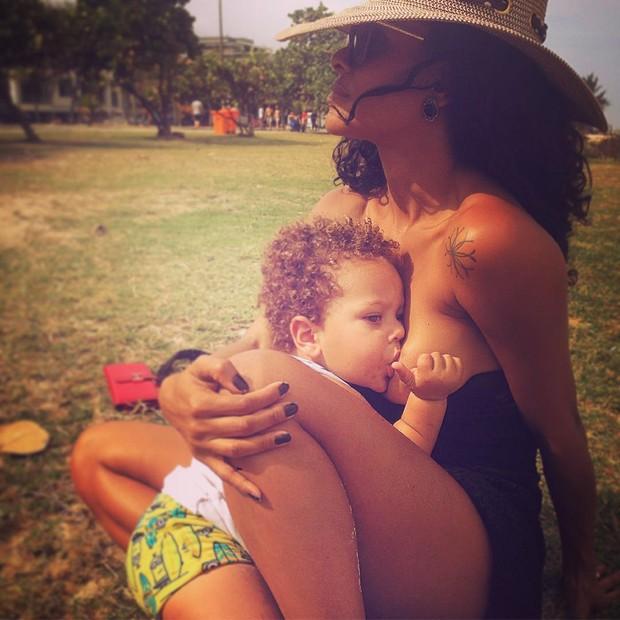 Aline Wirley com o filho (Foto: Reprodução/Instagram)