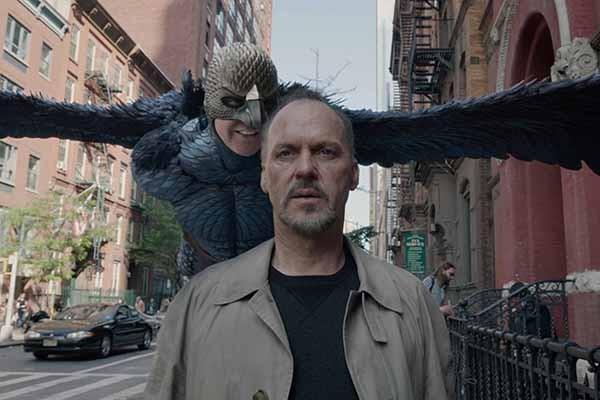 Apesar de um longo currículo, essa é a primeira vez que Michael Keaton é indicado ao prêmio de melhor ator. Se o jovem que fez uma ponta na série 'MisteRogers' Neighborhood' em 1975 pudesse imaginar onde chegaria... (Foto: Divulgação)
