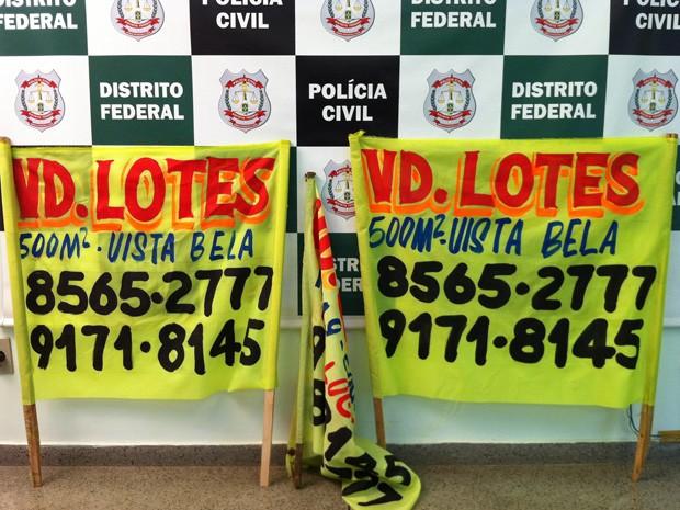 Polícia apreendeu faixas com anúncio dos lotes à venda (Foto: Káthia Mello/G1)