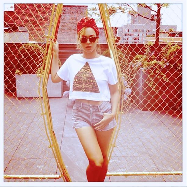 Beyoncé posa de shortinho e turbante (Foto: Reprodução/ Instagram)
