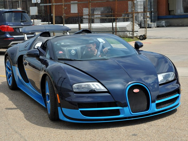 Michael Hollis a bordo do Bugatti Veyron 16.4 Grand Sport Vitesse (Foto: Divulgação)