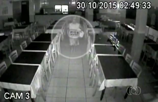Imagens de câmeras de segurança mostram suspeitos de furtar restaurante Goiás Goiânia (Foto: Reprodução/TV Anhanguera)