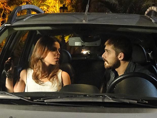 Tomás tenta beijar Cristal e toca em sua barriga falsa (Foto: Malhação / TV Globo)