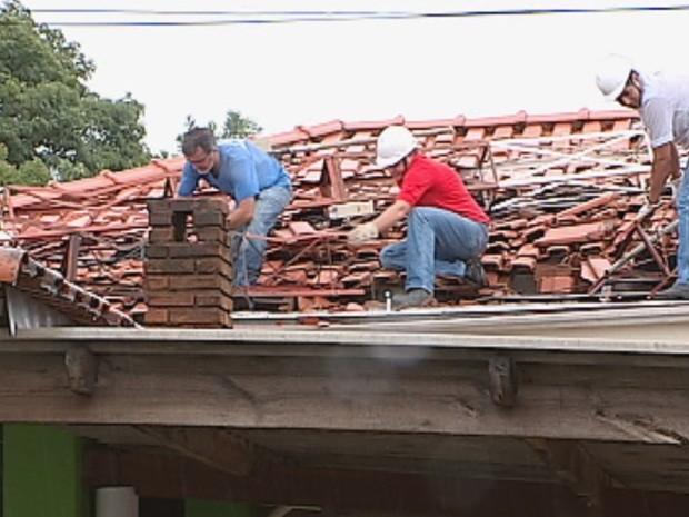Telhados atingidos foram trocados na manhã desta segunda-feira (Foto: Reprodução/TV TEM)