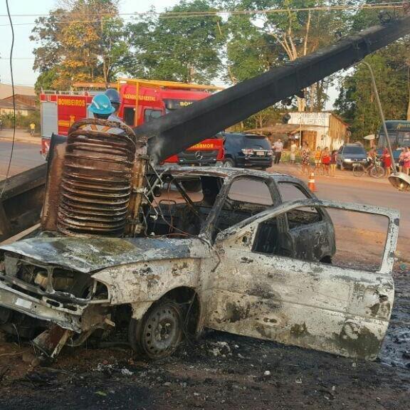 Carro incendiado após acidente no tabocal  (Foto: Polícia Rodoviária Federal/Divulgação)
