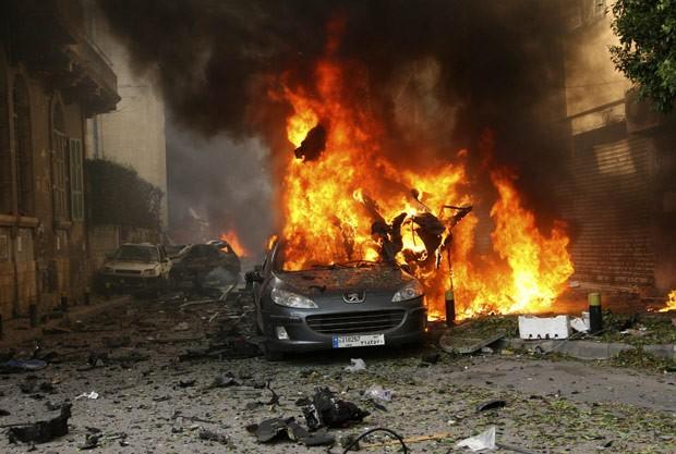 Carro-bomba que explodiu nesta sexta-feira (19) na capital do Líbano, Beirute (Foto: Reuters)