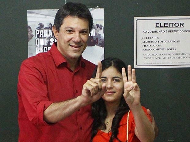 Haddad vota ao lado da filha (Foto: Marcos Bezerra/Futura Press/Estadão Conteúdo)