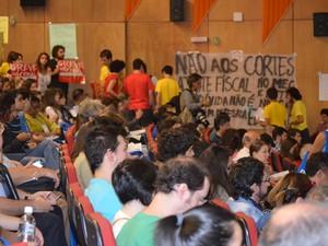 Estudantes levaram faixas e cartazes à conferência com o ministro (Foto: Stefhanie Piovezan/G1)