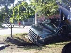 Caminhão carregado com banana colidiu com carro na Av. Durval de Góes Monteiro (Foto: Arquivo Pessoal)