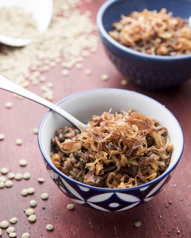 Receita árabe: arroz com lentilha e cebola caramelizada (Foto: Divulgação)