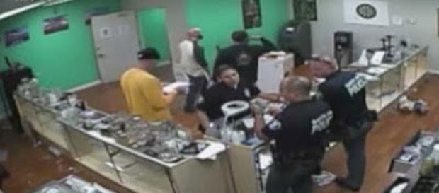 Três agentes denunciados estão em licença remunerada e podem pegar até seis meses de prisão  (Foto: Reprodução/YouTube/CBS Los Angeles)