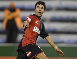 Ignacio Scocco comemora gol do Newell's Old Boys sobre Velez Sarsfield (Foto: AFP)