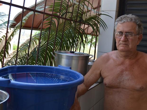 Preocupado, dono de bar armazena água em casa (Foto: Viviane Machado/ G1)