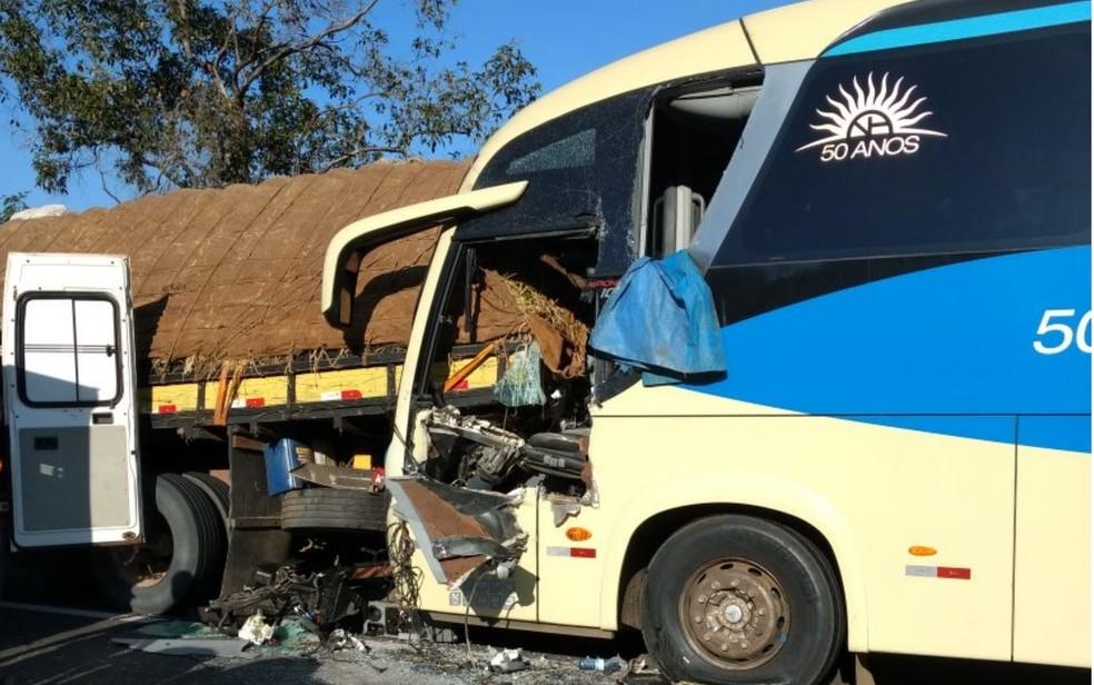Acidente entre ônibus que levava 51 passageiros deixou motorista ferido (Foto: Divulgação/PRF)