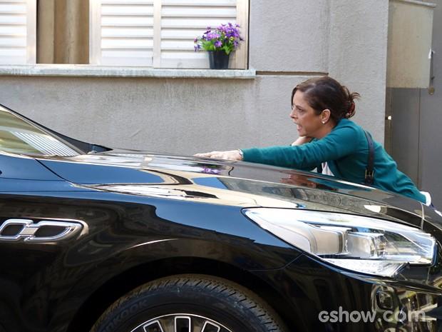 Cora se joga na frente do carro de José Alfredo (Foto: Império/TV Globo)