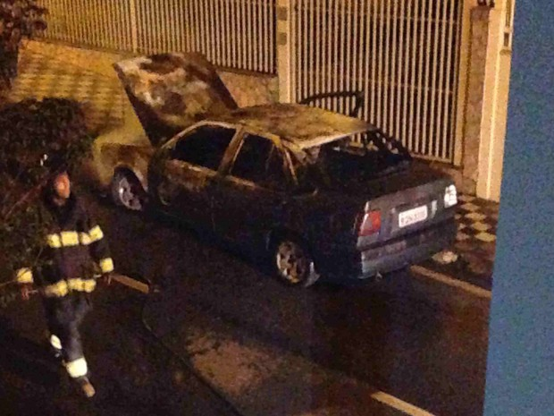 Carro pega fogo no Centro de Jacareí (Foto: Fabiana Bissoli/Vanguarda Repórter)