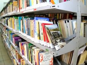 Parte do acervo da biblioteca municipal de Resende, a Biblioteca Pública Doutor Jandyr César Sampaio (Foto: Reprodução/TV Rio Sul)