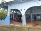 No AC, funcionários fazem mutirão de limpeza em escola afetada por cheia