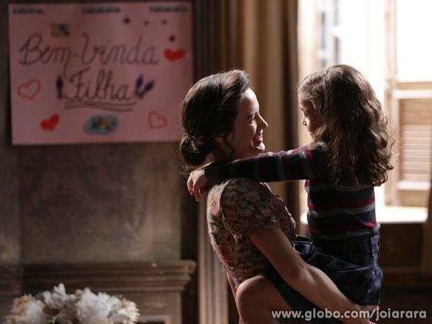Enfim juntas! Franz leva Pérola para morar com a mãe (Foto: Fábio Rocha/ TV Globo)