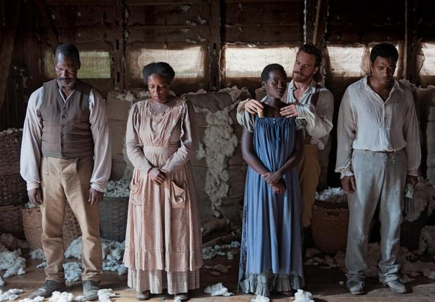 DRAMA REAL Em cena do filme, Solomon Northup (interpretado por Chiwetel Ejiofor) é o último da direita (Foto: Francois Duhamel)