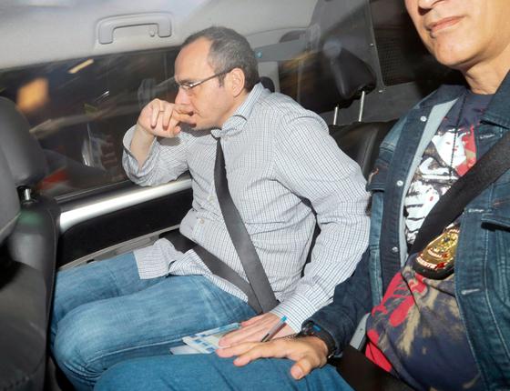 O doleiro Lucio Bolonha Funaro deixa a Justiça Federal em Brasília após acompanhar o depoimento de Eike Batista e outras testemunhas sobre desvios de recursos no FI/FGTS (Foto: ANDRE COELHO / Agencia O Globo)