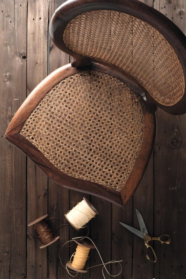 Cadeira de palhinha, feita com tramado de palha natural, (Foto: Iara Venanzi / Editora Globo)