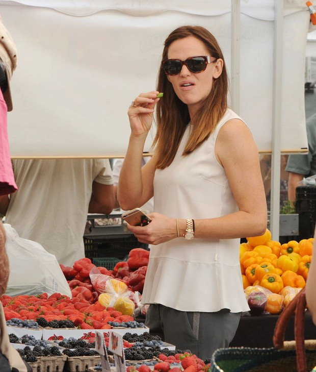 Jennifer Garner encara paparazzo durante compras em feira (Foto: X17)