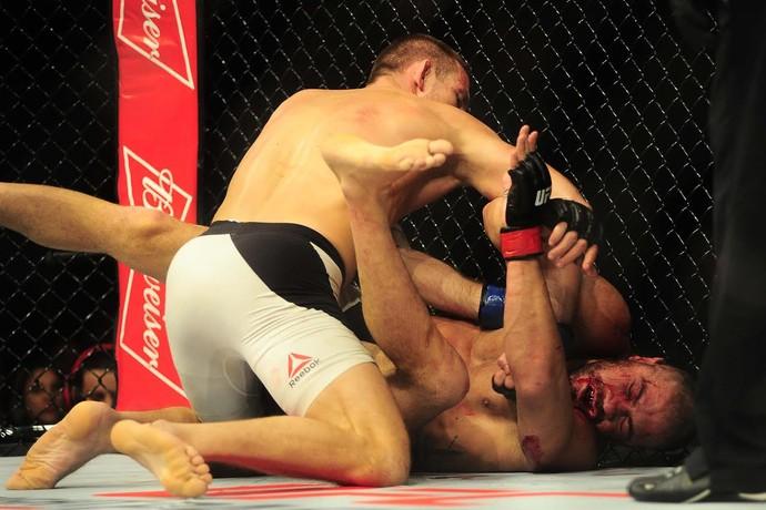Jotko castiga Thales no UFC São Paulo (Foto: Marcos Ribolli)