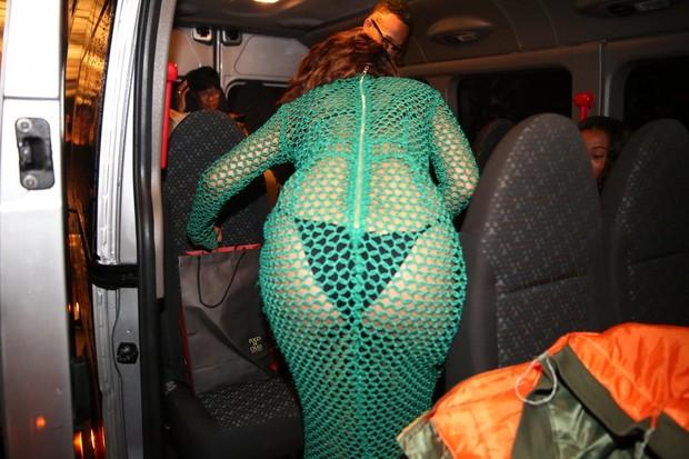 Rihanna saindo de churrascaria (Foto: André Freitas. Gabriel Reis e Gabriel Rangel/AgNews)