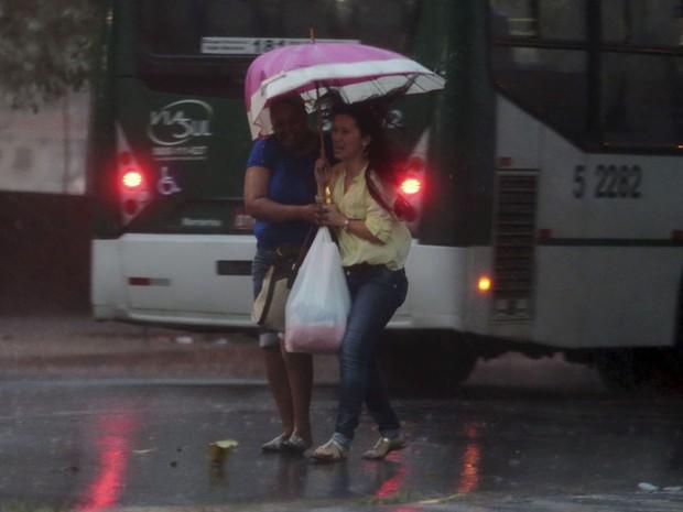 Pedestres tentam se proteger da forte chuva que atinge a região central da capital paulista no fim da tarde desta quinta (5) (Foto: Joel Silva/Folhapress)