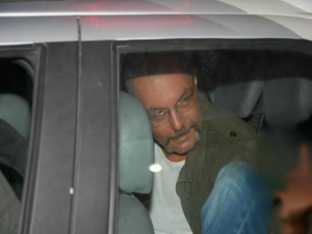 No momento da prisão, Fabrizio mostrou o dedo em direção aos populares. (Foto: Cortesia/ Real Deodorense)