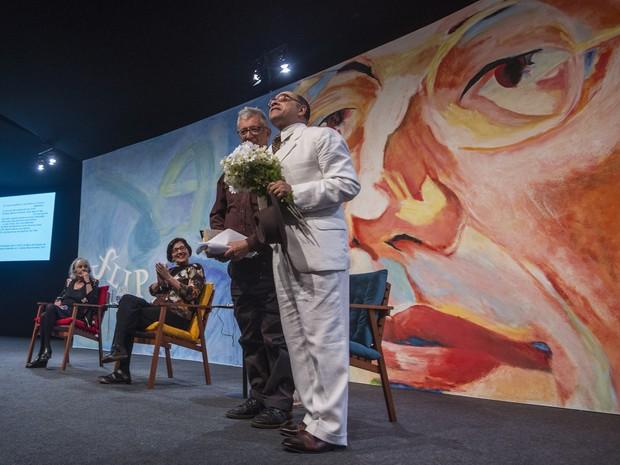O ator Pascoal da Conceição invade o palco vestido de Mário de Andrade na mesa de abertura da Flip (Foto: Divulgação/Flip)