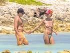 Aos 40 anos, Heidi Klum faz topless em praia no México