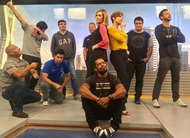 Com discreta barriguinha, Natália Ariede faz graça com Glória Vanique e equipe do 'Bom Dia SP' nos estúdios do telejornal (Foto: Reprodução/Instagram)