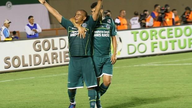 Walter e Neto Baiano comemoram gol contra o Rio Verde (Foto: Rosiron Rodrigues / Goiás E.C.)