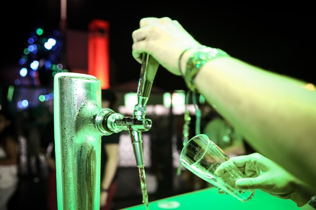 Chope perfeito, passo 2: é preciso abrir a torneira e esperar até que esteja saindo só cerveja, e não a espuma inicial (Foto: Fábio Tito/G1)