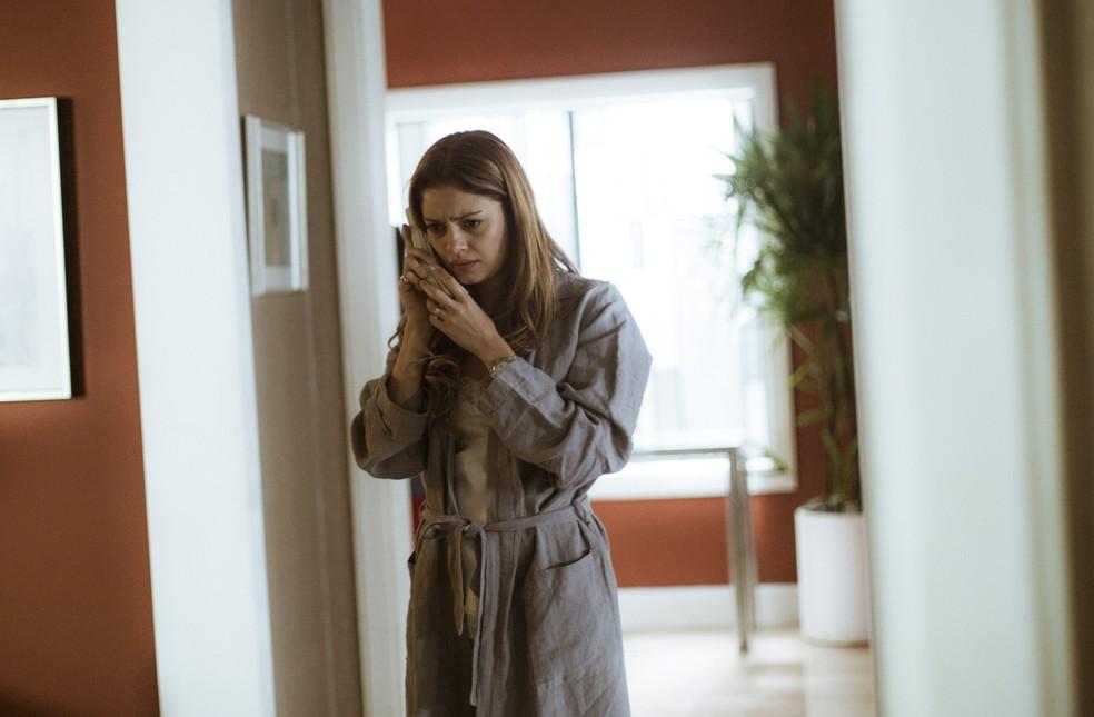 Alice recebe o telefonema do filho e tenta descobrir o paradeiro das crianças (Foto: Raphael Dias)