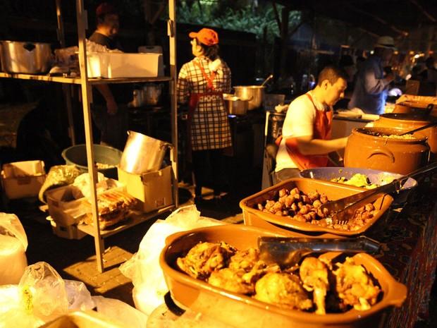 VIRADA CULTURAL - Sábado (20h20): Em oito barracas, os chefs apresentam suas versões para a Galinhada (Foto: Fábio Tito/G1)