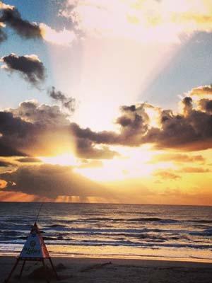 Praia do Litoral Norte amanhece com sol entre nuvens (Foto: Caco Barzi/RBS TV)