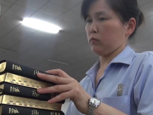 Fábrica produz uma bíblia por segundo na China (Foto: Reprodução/BBC)